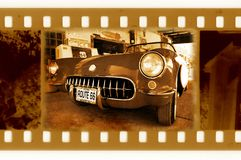 Foto do frame dos Oldies 35mm com o carro velho na rota 66 Foto de Stock