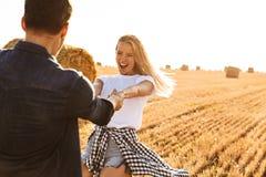 Foto do homem bonito e da mulher dos pares que riem ao andar o thro fotos de stock royalty free