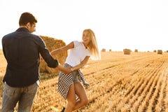 Foto do homem bonito e da mulher dos pares que têm o divertimento ao andar imagem de stock royalty free