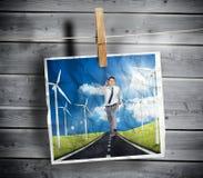 A foto do homem de negócios que corre em uma estrada pendurou em uma linha Imagens de Stock