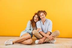 Foto do homem dos pares e da mulher felizes novos sorriso e huggin de 20s foto de stock
