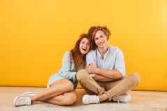 Foto do homem dos pares e da mulher felizes otimistas sorriso de 20s e h fotografia de stock