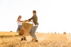 Foto do homem europeu e da mulher dos pares que têm o divertimento ao andar imagens de stock royalty free
