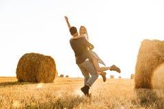 Foto do homem feliz e da mulher dos pares que têm o divertimento ao andar o thr foto de stock royalty free