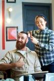 Foto do homem do moderno que obtém o corte de cabelo pelo cabeleireiro Fotos de Stock Royalty Free