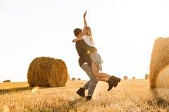 Foto do homem novo e da mulher dos pares que têm o divertimento ao andar o thr foto de stock royalty free