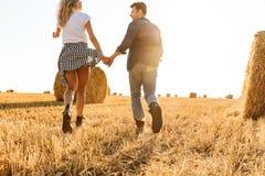 Foto do homem romântico e da mulher dos pares que têm o divertimento ao andar imagem de stock royalty free