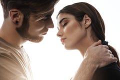 Foto do indivíduo agradável e da menina bonita aproximadamente a beijar fotografia de stock royalty free