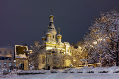Foto do inverno da noite da igreja do russo no centro da cidade de Sófia fotografia de stock royalty free