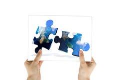 A foto do mapa global confunde uma comunicação Fotos de Stock Royalty Free