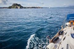 Foto do mar azul e de nuvens tropicais do céu Fotografia de Stock