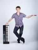 Foto do menino com piano foto de stock royalty free