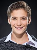 Foto do menino feliz novo adolescente adorável foto de stock