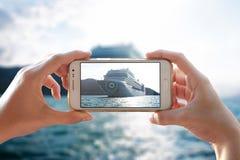 Foto do navio de cruzeiros com um smartphone Fotos de Stock