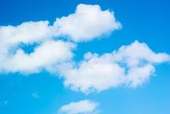 Foto do nuvens bonitas em um céu azul imagem de stock royalty free