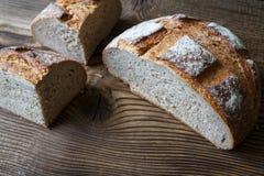 Foto do pão fresco do corte em uma tabela de madeira Fotos de Stock