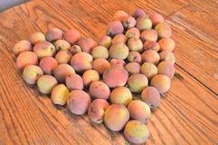 Foto do pêssego do vintage dos pêssegos em uma forma do coração no tabeto de madeira foto de stock royalty free
