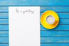Foto do papel ele ` s um um bom dia e a xícara de café no wonderfu Imagens de Stock
