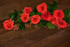 Foto do ramalhete das rosas na tabela de madeira foto de stock royalty free