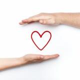 Foto do relacionamento com duas mãos com coração vermelho Imagem de Stock