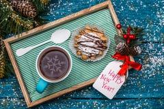 Foto do ` s do ano novo do chá, bolo na tabela Imagens de Stock