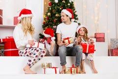 Foto do ` s do ano novo da família no pinho do ` s do ano novo Fotografia de Stock