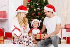 Foto do ` s do ano novo da família no pinho do ` s do ano novo Fotografia de Stock Royalty Free