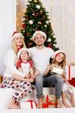 Foto do ` s do ano novo da família no pinho do ` s do ano novo Foto de Stock