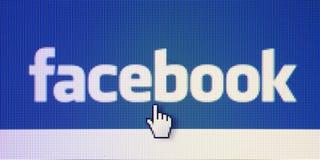 A foto do sinal e do ponteiro de Facebook no tela de computador conectou ao Internet Imagem de Stock