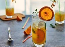 Foto do suco de laranja fresco no frasco de vidro Conceito org?nico saud?vel da bebida do ver?o fotografia de stock royalty free
