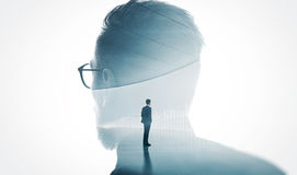 A foto do vidro vestindo do banqueiro farpado moderno isolou o branco Terno na moda do homem de negócios adulto à moda da exposiç imagem de stock