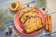 Foto do vintage, bolo de frutas cozido fresco pelo tempo do Natal na placa e ramos spruce em placas Foto de Stock
