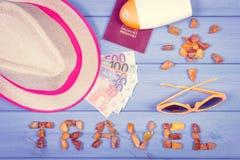 Foto do vintage, curso da palavra com forma de acessórios do sol para o verão e passaporte com as moedas euro- Imagens de Stock