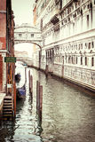 Foto do vintage da ponte dos suspiros em Veneza foto de stock
