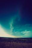 Foto do vintage de nuvens de tempestade sobre o campo de trigo Imagem de Stock