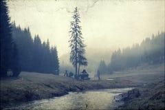 Foto do vintage de um vale nevoento da montanha Imagem de Stock