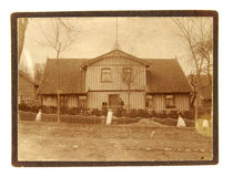 Foto do vintage do homem e da mulher na frente de sua casa Fotografia de Stock