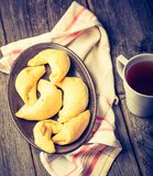 Foto do vintage dos croissant e do copo do chá Foto de Stock