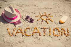 Foto do vintage, férias da palavra, acessórios para tomar sol e passaporte com as moedas euro- na praia Imagem de Stock