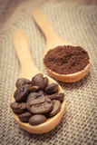 Foto do vintage, grões e café à terra com a colher de madeira na lona da juta Imagens de Stock