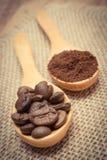 Foto do vintage, grões e café à terra com a colher de madeira na lona da juta Imagem de Stock Royalty Free