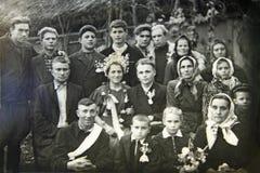 Foto do vintage do noivo, da noiva e dos convidados Casamento ucraniano cerca de 1960 foto de stock royalty free
