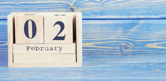Foto do vintage, o 2 de fevereiro Data do 2 de fevereiro no calendário de madeira do cubo Foto de Stock