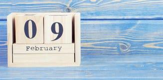Foto do vintage, o 9 de fevereiro Data do 9 de fevereiro no calendário de madeira do cubo Fotos de Stock Royalty Free