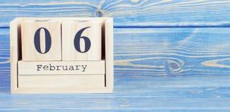 Foto do vintage, o 6 de fevereiro Data do 6 de fevereiro no calendário de madeira do cubo Imagens de Stock Royalty Free