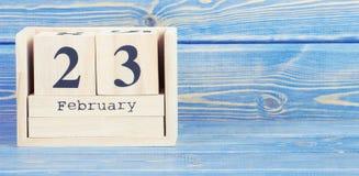 Foto do vintage, o 23 de fevereiro Data do 23 de fevereiro no calendário de madeira do cubo Imagens de Stock Royalty Free