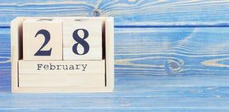 Foto do vintage, o 28 de fevereiro Data do 28 de fevereiro no calendário de madeira do cubo Foto de Stock Royalty Free