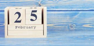 Foto do vintage, o 25 de fevereiro Data do 25 de fevereiro no calendário de madeira do cubo Fotografia de Stock Royalty Free