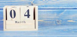 Foto do vintage, o 4 de março Data do 4 de março no calendário de madeira do cubo Imagens de Stock