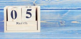 Foto do vintage, o 5 de março Data do 5 de março no calendário de madeira do cubo Fotos de Stock